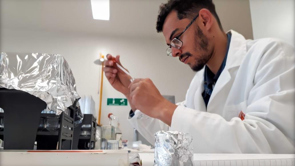 O_estudante_mexe_em_tubos_de_ensaio_no_laboratório