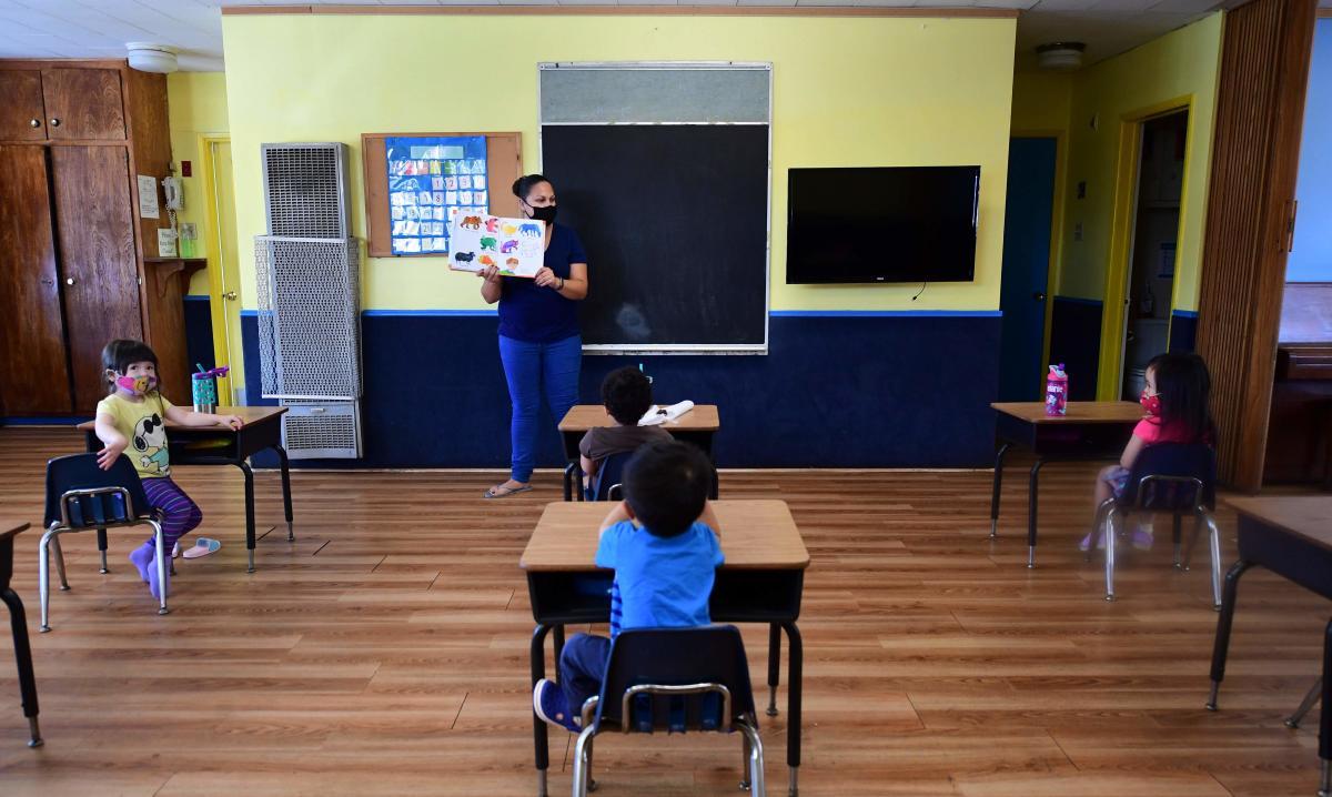 sala-aula-escola-12398770